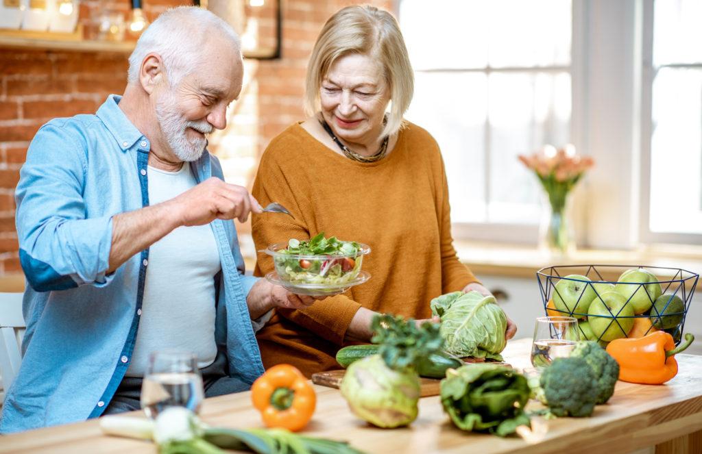 Frau und Mann kochen gemeinsam