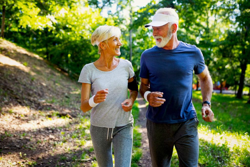 Älteres Ehepaar joggt
