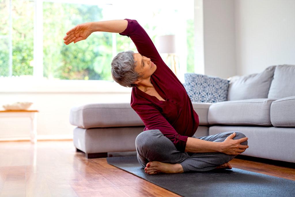 Ältere Frau macht Yogaübung