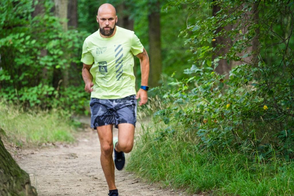 Nils Schumann läuft durch Wald